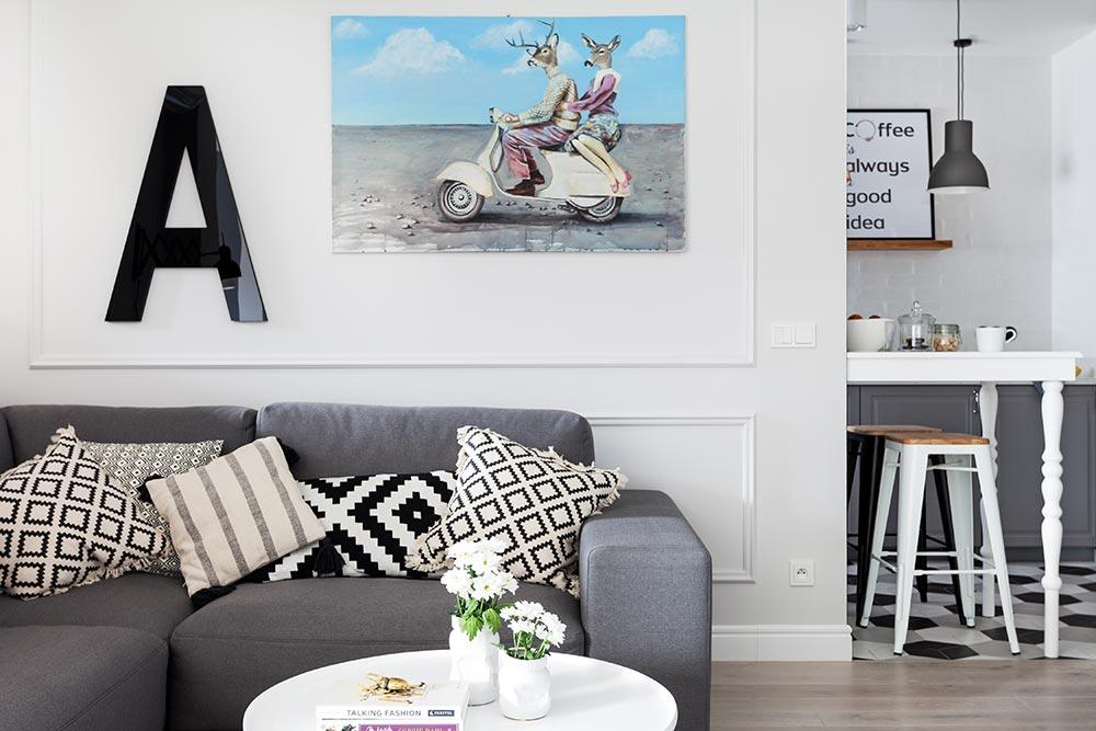 ściana ze sztukaterią w skandynawskim apartamencie