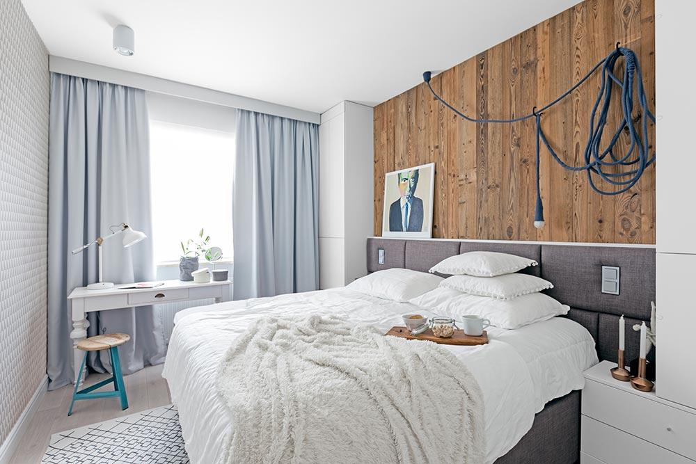 sypialnia w stylu skandynawskim ze starym drewnem