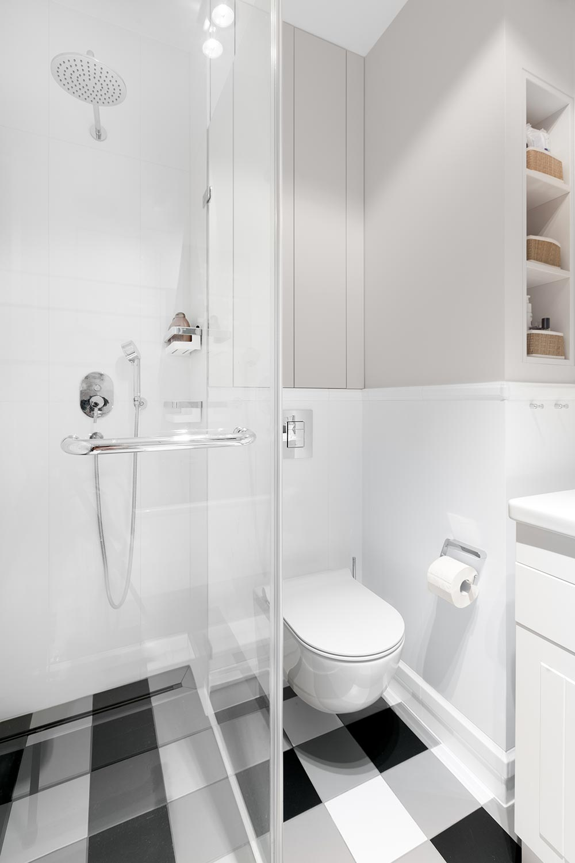 łazienka z prysznicem z deszczownicą