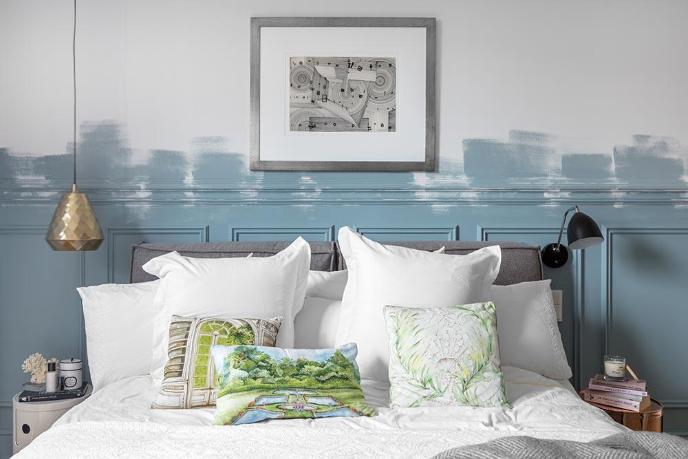 sypialnia ze ścianą z sztukaterii