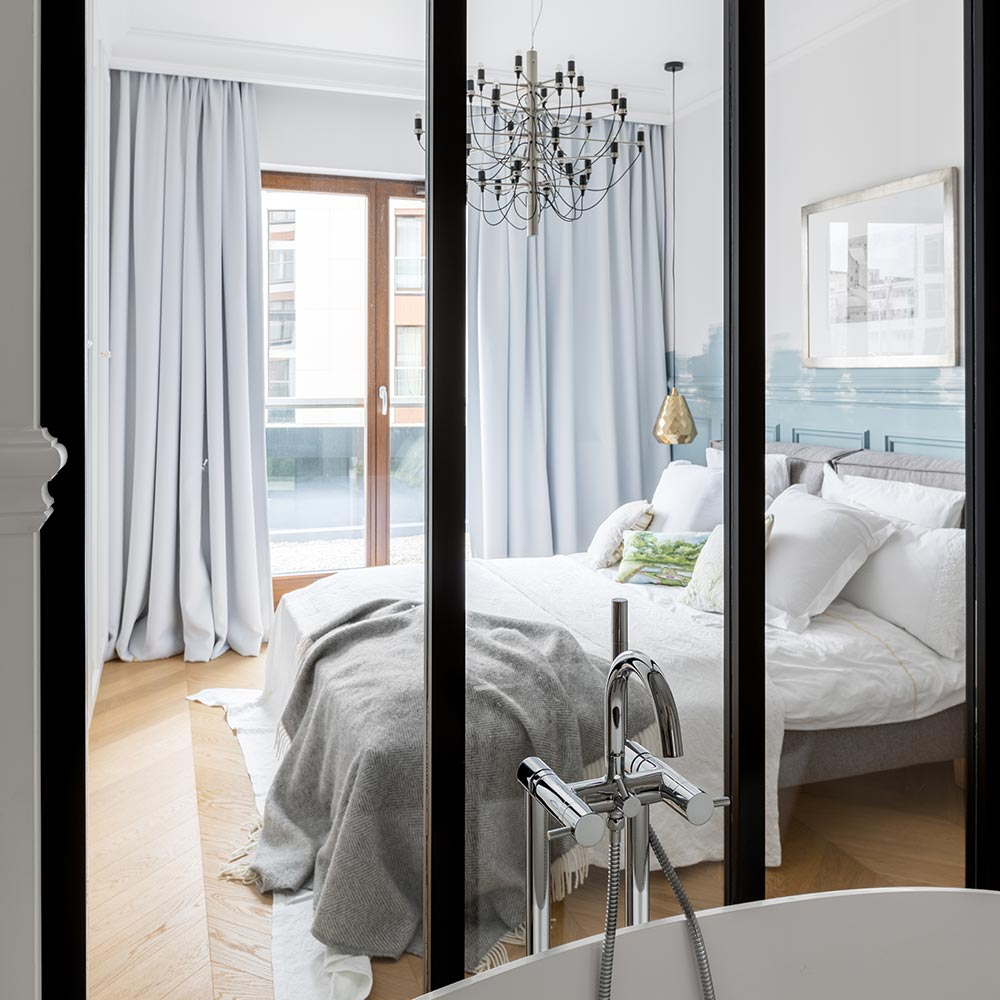 Widok z łazienki na sypialnię