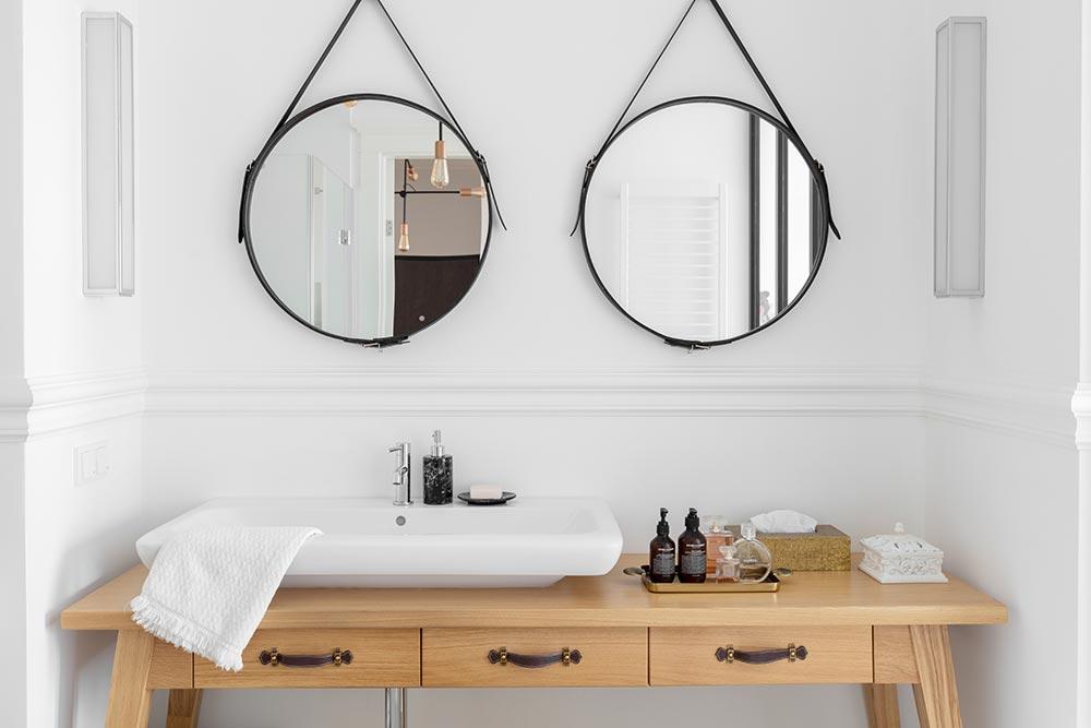 łazienka z okrągłymi lustrami